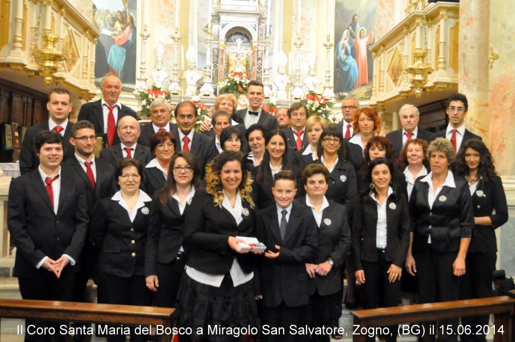 Il Coro Santa Maria del Bosco consegna un regalo ad Antonio in ricordo di questo giorno.